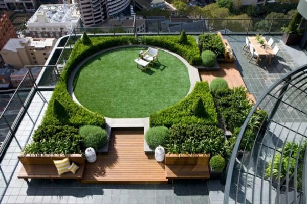 dachterrasse gestalten dachberünung balkonpflanzen holzpodest betonfliesen
