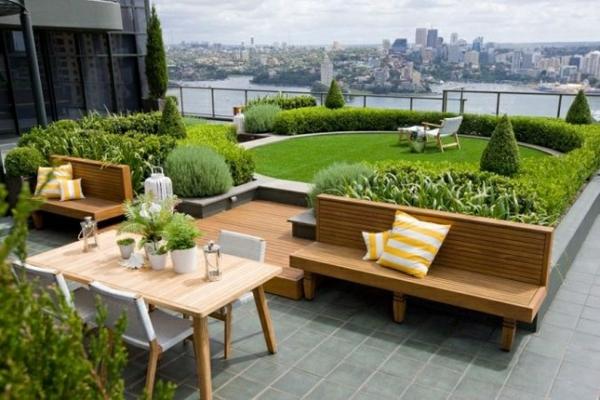 dachterrasse gestalten dachberünung rasen holzmöbel bank esstisch mit stühlen betonplatten