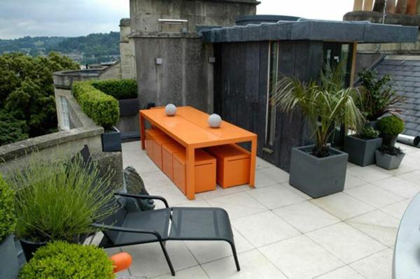 dachterrasse gestalten farbakzente in orange balkon möbel hecke balkonpflanzen