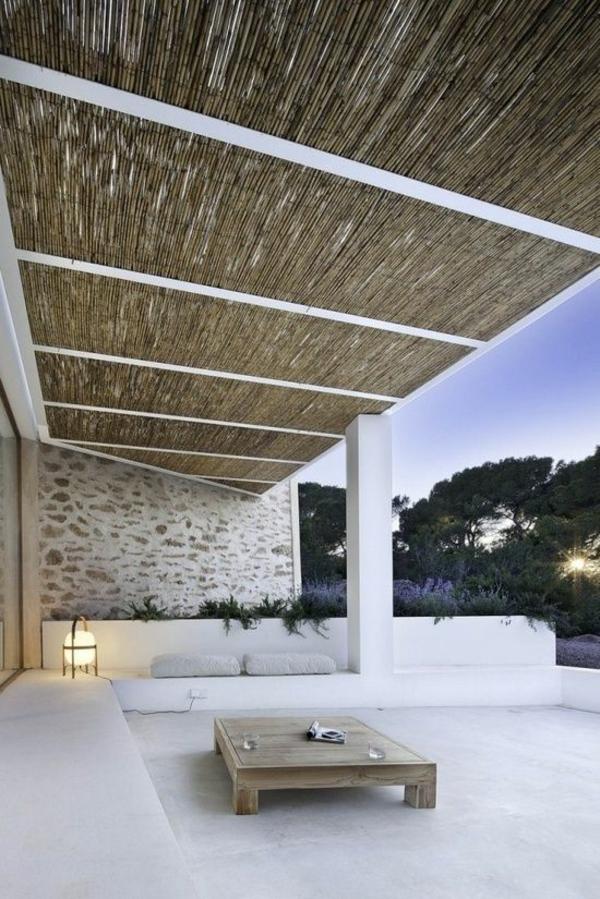 dachterrasse gestalten terrassenüberdachung aus bambus couchtisch aus holz