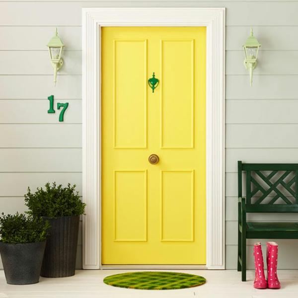 dekoideen für haustür accessoires gelbe tür kleiner teppich