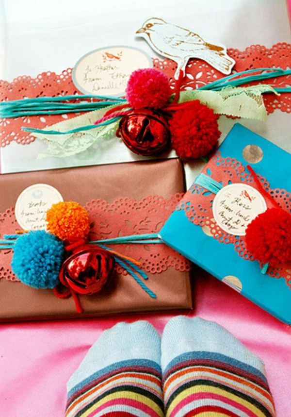 dekoideen geschenke schön verpacken farbige bommel vogelmuster