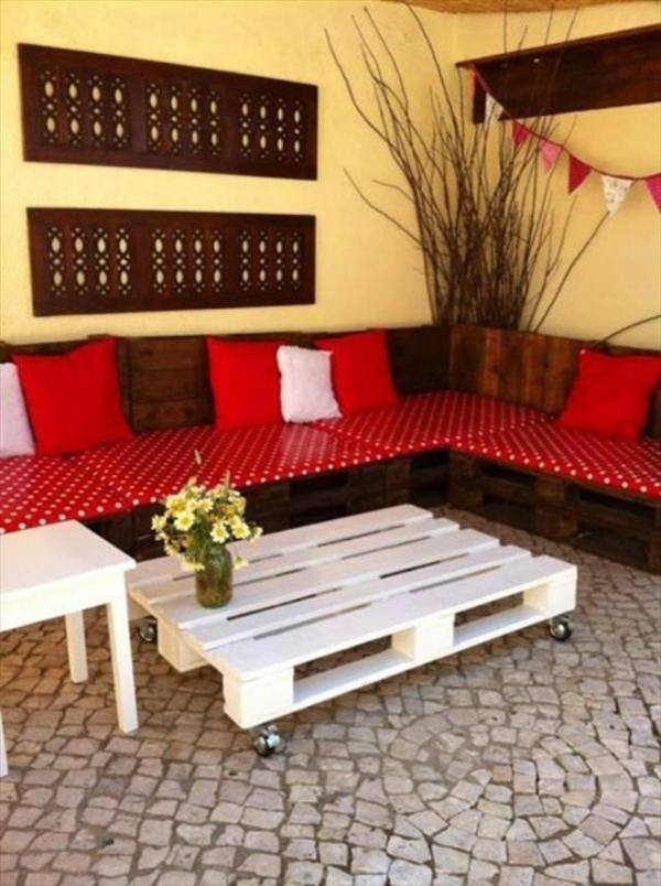diy gartenmöbel paletten sofa punktmuster rot weißer tisch rollen