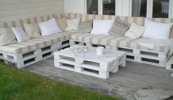 Balkonmöbel aus europaletten  Sofa aus Paletten integrieren - DIY Möbel sind praktisch und originell