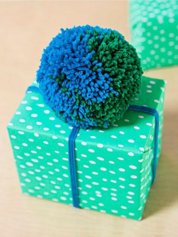 diy geschenkverpackung grünes geschenkpapier bommel