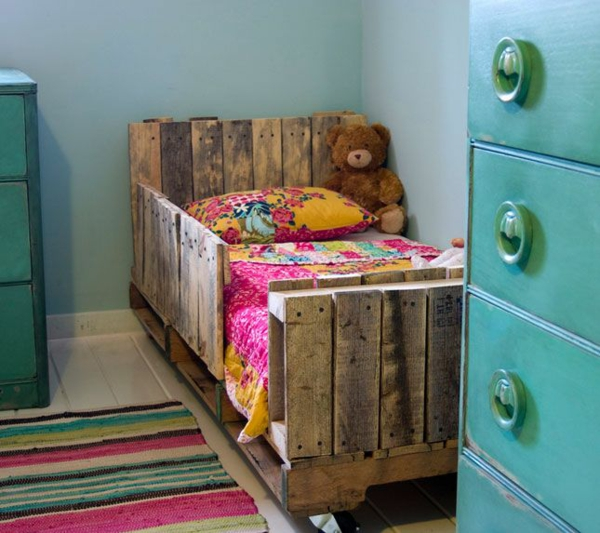 diy ideen im kinderzimmer bett aus paletten schrank