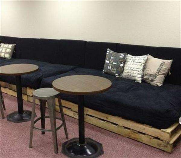 diy möbel sofa aus paletten auflage schwarz