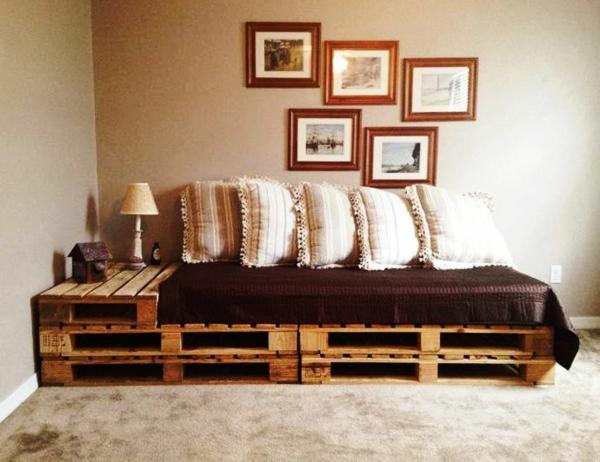 diy möbel sofa aus paletten eingebauter tisch