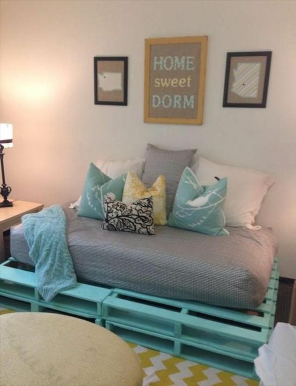 diy möbel sofa aus paletten in grün dekokissen