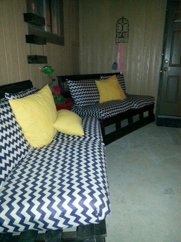 diy möbel sofa aus palettenzig zag muster gelbe
