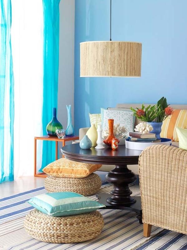 eklektisches wohnzimmer blaue nuancen rattanmöbel tisch