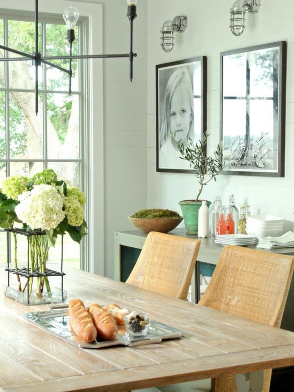 Frisches Brot auf dem Esstisch schneiden – Esszimmergestaltung
