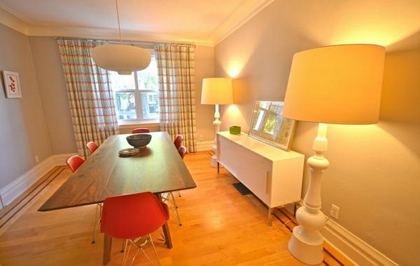 esszimmer möbel esstisch mit stühlen übergroße bodenlampen lampen und leuchten