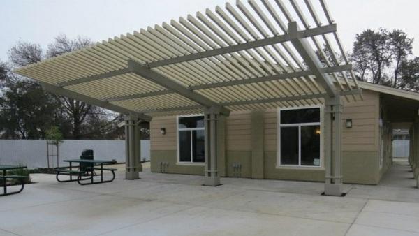 garten pergola aus metall terrassenüberdachung betonfliesen