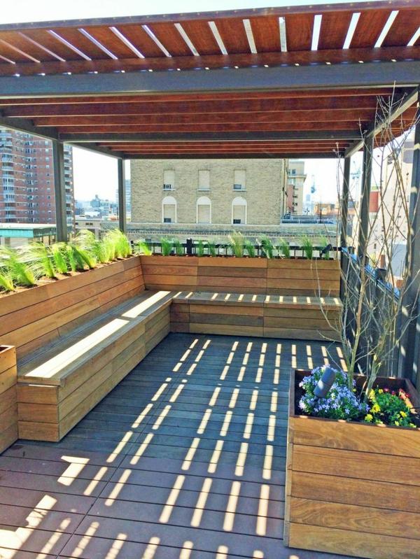 garten pergola aus metall und holz gartenmöbel holzbank balkonpflanzen