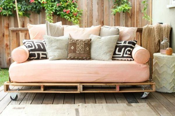 gartenmöbel aus paletten bett selbst bauen auf rollen matratze kissenbezüge dekokissen