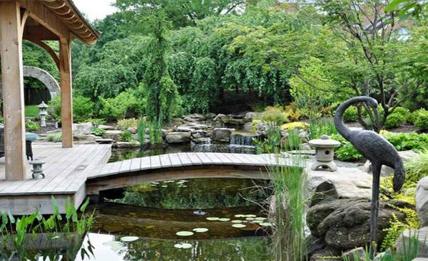 gartenteich anlegen holzbrücke bauen gartengestaltung und landschaftsbau statue