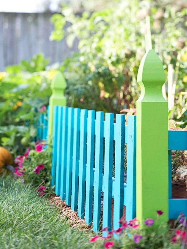 gartenzaun blau grün bemalt pflanzen blumen