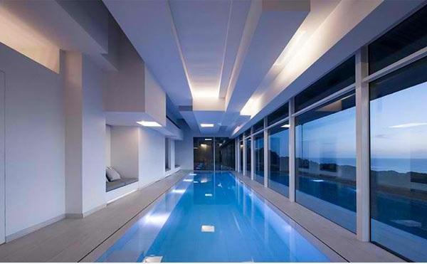 Moderne häuser mit innenpool  Moderne Einrichtungsideen für Ferienhaus mit Innenpool