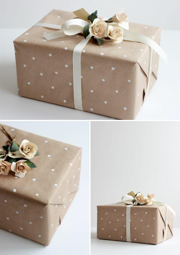 geschenke-schön-verpacken-punktmuster-künstliche-blumen