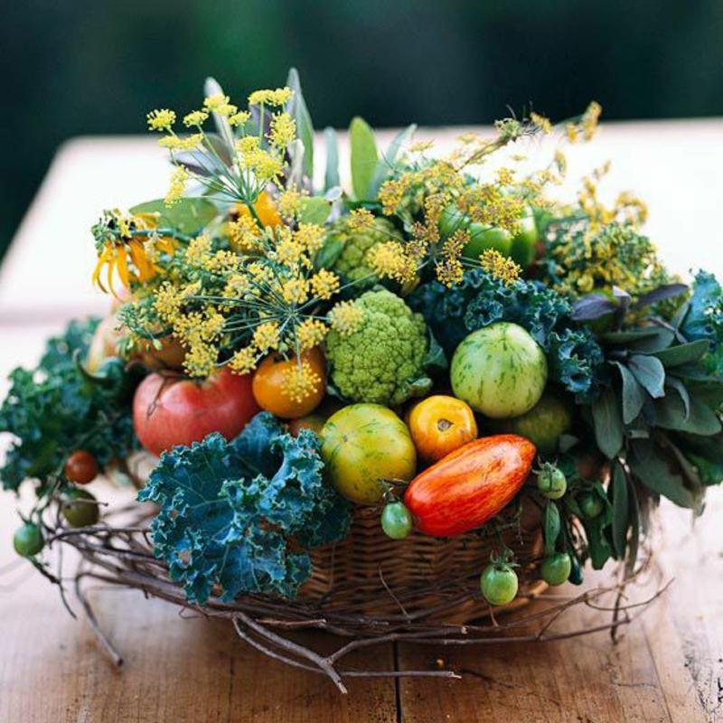 herbst tischdeko ideen herbstblumen gemüse im korb