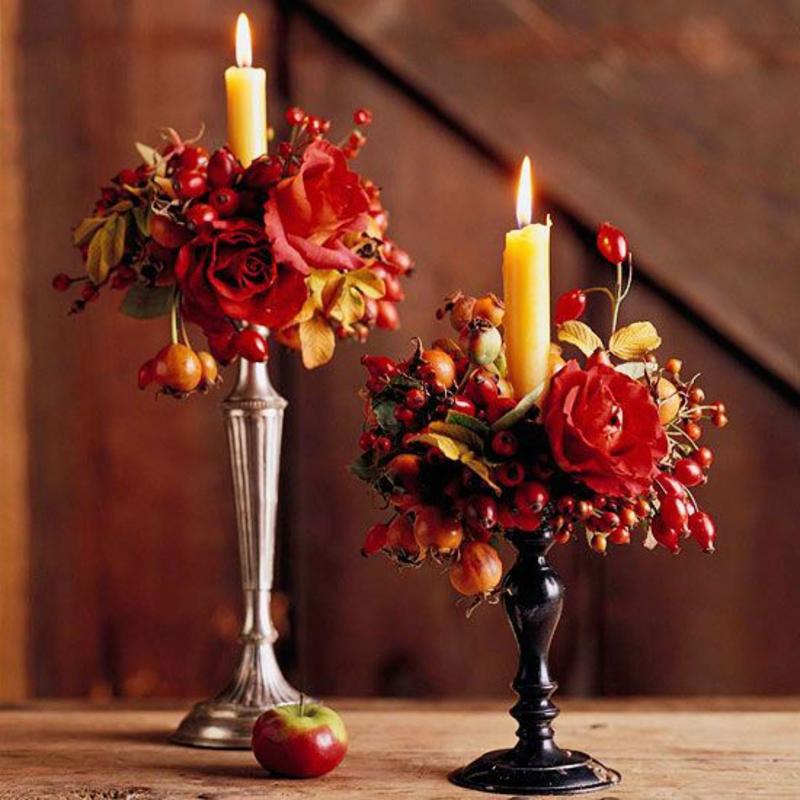 herbst tischdeko ideen herbstblumen kerzenständer rosen hagebutten