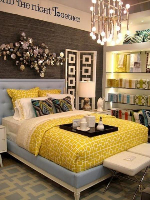 ideen für einrichtung schlafzimmer farbige bettdecke kronleuchter