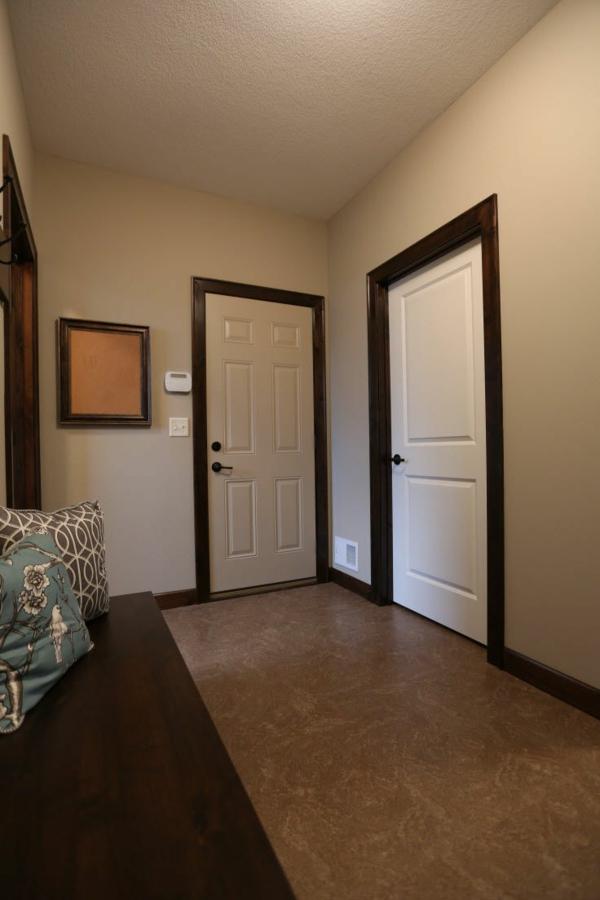 interior design ideen weiße innentüren holz dunkle schalung