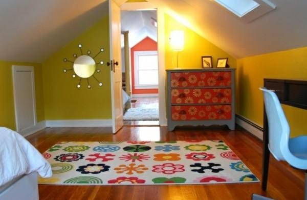 jugendzimmer-mit-dachschräge-gelb-teppich-bett-schrank-spiegel