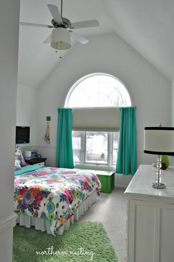 jugendzimmer mit dachschräge grüne gardinen bett