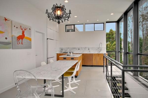 küche mit esszismmer esstisch marmorplatte acrylstühle minimalistisch modern