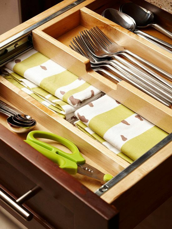 küche schubladeneinteilung praktische einrichtung tücher löffel