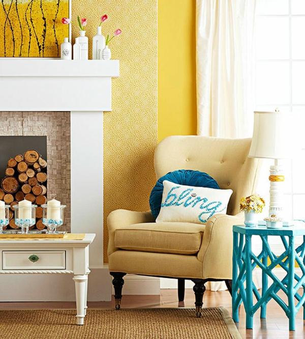 kamin brennholz gelb sessel kissen klassisch