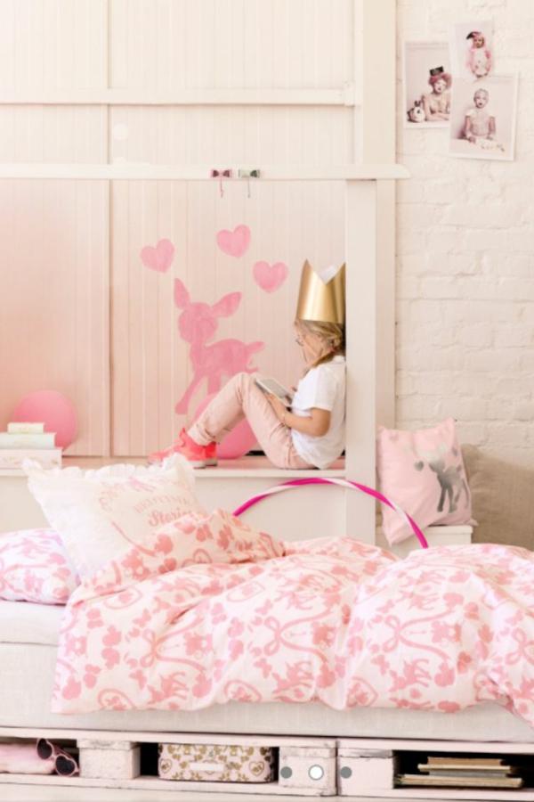 kinderzimmer bett aus europaletten selber machen rosa bettwäsche