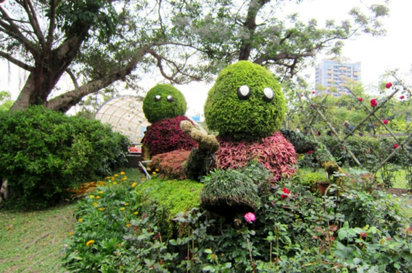 comicfiguren landschaft gartenskulpturen büsche