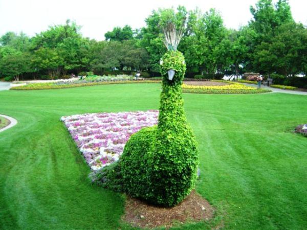 landschaft gartenskulpturen  comicfiguren gras fläche