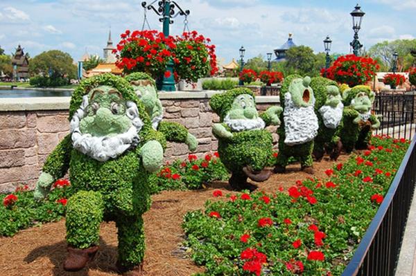 landschaft gartenskulpturen von comicfiguren märchen