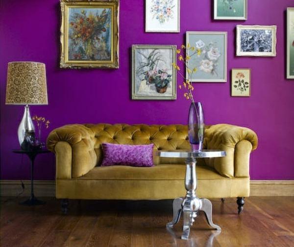 Lila Zimmer Einrichtungsideen Wohnzimmer Sofa Wandart