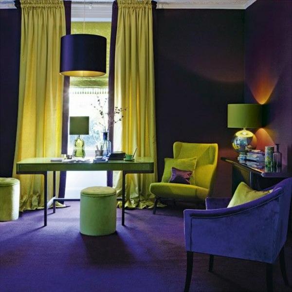 lila zimmer interior design ideen gelbe akzente sessel hocker teppich plüsch