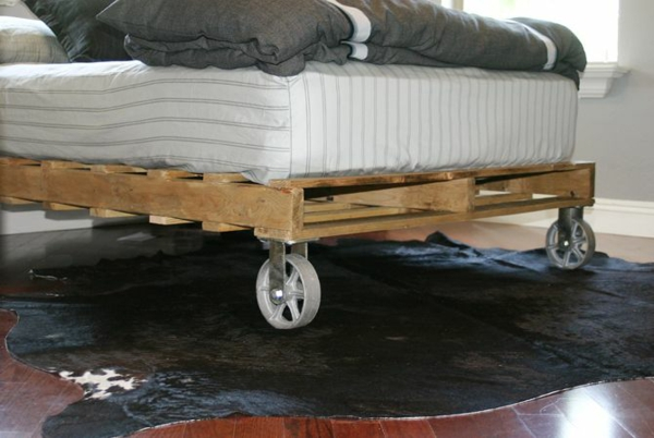 paletten bett selbst bauen auf rollen bettgestell holz matratze bettwäsche