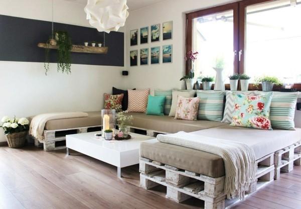 palettensofa diy sofa aus paletten wohnzimmer ideen polsterung bunte kissen