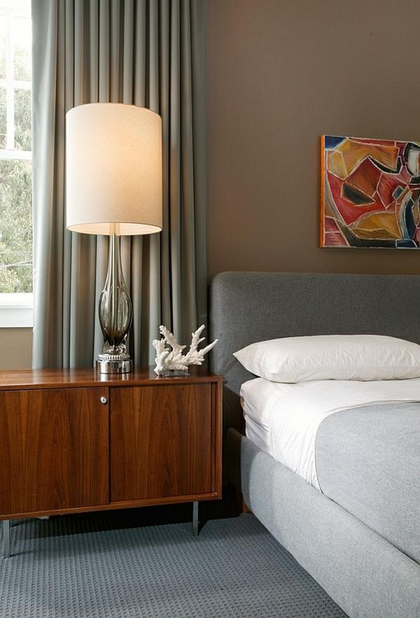 schlafzimmer bett holz kommode stehlampe silber lampenständer lampenschirm weiß