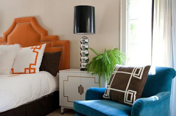 schlafzimmer bett nachttisch stehlampe silber lampenständer lampenschirm schwarz