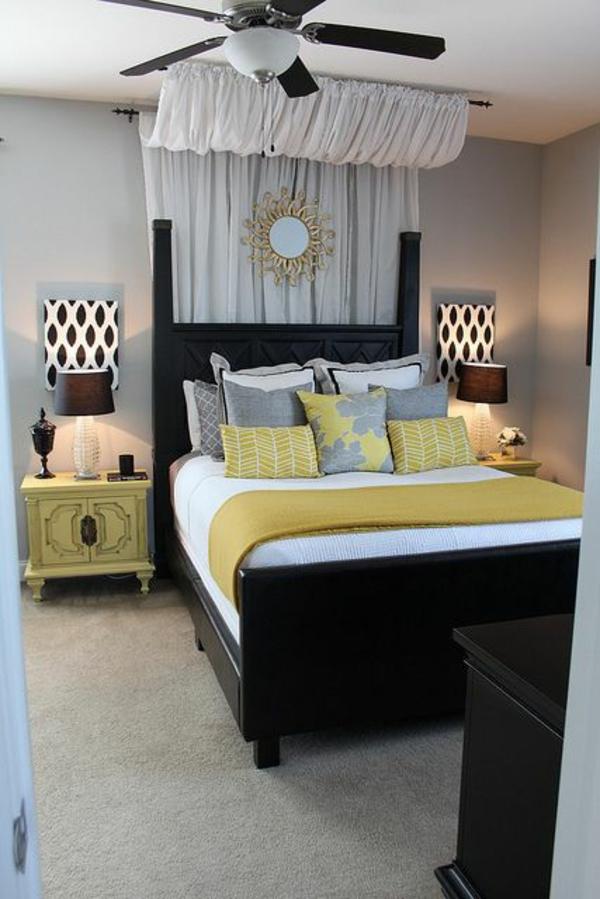 schlafzimmer designideen kopfteil holz weiße gardinen spegel
