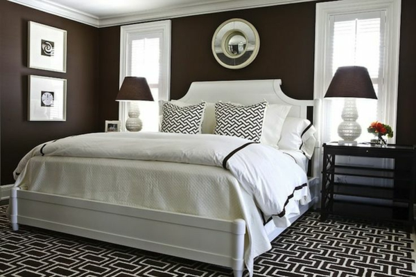 schlafzimmer designideen wandfarbe in brauntne weies bett tischlampen