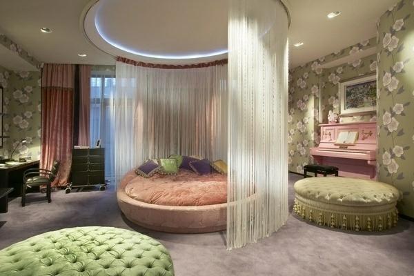 schlafzimmer einrichtungsideen himmelbett rundmöbel