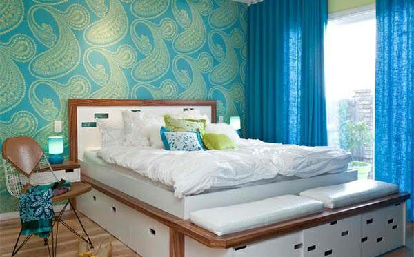 schlafzimmer farben idee blaue wandtapete paisleymuster blaue vorhänge