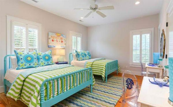 schlafzimmer farben ideen wandfarbe weiß bettpfosten blau bettwäsche grün