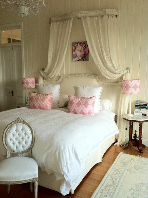 schlafzimmer im französsischen stil weiße bettdecke rosa akzente