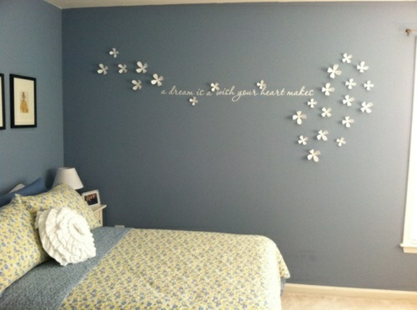 Schlafzimmerwand gestalten dekoideen weiße blumen
